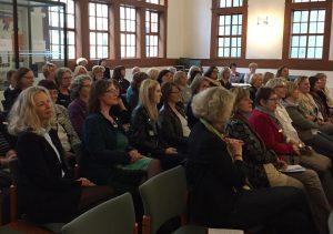 """Aufmerksam verfolgten die Vertreterinnen der Clubs des SI Bezirks 3 die Veranstaltung """"Die Stellung der Frau in den Weltreligionen"""" im Hugenotten-Tempel in Celle"""